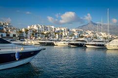 Jachten die in Puerto Banus, Marbella vastleggen Stock Foto's