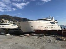Jachten door onweer hurrican in Rapallo, Italië worden vernietigd dat royalty-vrije stock fotografie