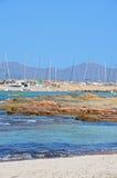 Jachten in een rotsachtige haven Royalty-vrije Stock Afbeeldingen