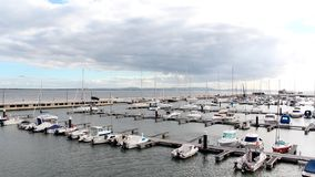 Jachten en boten bij de dokken worden vastgelegd dat royalty-vrije stock fotografie