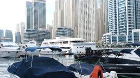 Jachten en boten bij de pijler in de Jachthaven van Doubai stock videobeelden