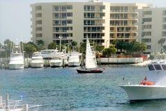 Jachten en boten in haven Royalty-vrije Stock Foto's