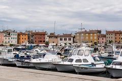Jachten en boten in haven Stock Afbeeldingen
