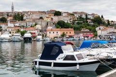 Jachten en boten in haven van oude Kroatische stad Vrsar Stock Foto's