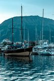 Jachten en boten op de pijler royalty-vrije stock afbeelding
