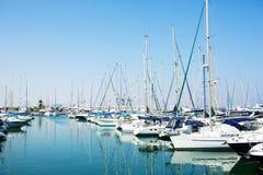 Jachten en boten in oude haven Royalty-vrije Stock Afbeeldingen