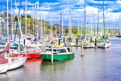 Jachten en boten in stadsbassin van Whangarei, Nieuw Zeeland stock foto