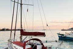 Jachten en de Zwarte Zee in warme avond, Yalta stock foto's
