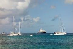 Jachten en een cruiseschip bij de baai van admiraliteit, bequia Royalty-vrije Stock Foto