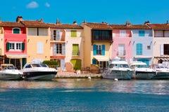 Jachten en gebouwen in Haven Grimaud, Frankrijk Royalty-vrije Stock Foto