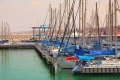 Jachten en jachthaven op Middellandse Zee. Stock Afbeeldingen