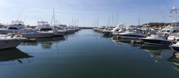 Jachten en motorboten bij jachthaven worden vastgelegd die. Nelson Ba royalty-vrije stock foto