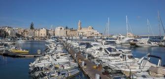 Jachten en motorboten in de haven van Trani Stock Fotografie