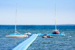 Jachten en motorboten op meer Naroch, Nanosy royalty-vrije stock afbeelding