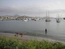 Jachten en schepen in de haven van Mindelo, Kaapverdië Stock Foto