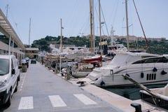 Jachten en schepen in de haven van Monaco in de zomer zonneeuropa royalty-vrije stock afbeeldingen