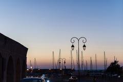 Jachten en veerboot op zonsopgang in de haven van Heraklion Panoramische en hoogste mening Eiland Kreta, Griekenland royalty-vrije stock foto