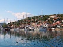 Jachten in Griekse Jachthaven worden vastgelegd die royalty-vrije stock fotografie