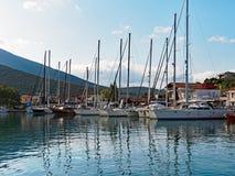 Jachten in Griekse Jachthaven worden vastgelegd die stock afbeelding