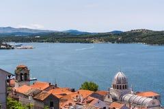 Jachten in haven en rode daken van huizen, van oude mediterrane stad Royalty-vrije Stock Foto's