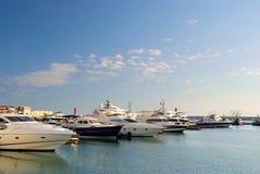 Jachten in haven van Sotchi Rusland stock afbeeldingen