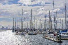 Jachten of motorboten in drijvende jachthaven in Melbourne Stock Foto