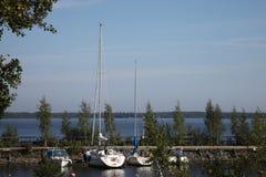 Jachten op het meer in Finland royalty-vrije stock fotografie