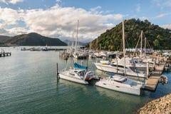 Jachten in Picton-jachthaven met Marlborough-Geluiden op achtergrond, Nieuw Zeeland worden vastgelegd dat royalty-vrije stock foto