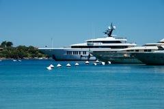 Jachten in Porto Cervo ` s jachthaven worden vastgelegd die royalty-vrije stock foto's