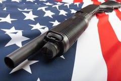 Jachtgeweer op de vlag van de V.S. als symbool van tweede amendement stock afbeelding