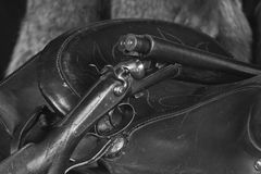 Jachtgeweer op Zadel in B&W Royalty-vrije Stock Fotografie