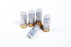 Jachtgeweerpatronen 12 kaliber op wit Stock Fotografie
