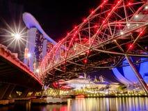 JACHTHAFEN-BUCHT - SINGAPUR, AM 24. NOVEMBER 2018: Landschaft des Singapur-Gesch?ftsgeb?udes um Jachthafenbucht mit Schattenrefle stockbilder