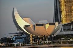 Jachthafen-Bucht-Ufergegend in Singapur, Jachthafen-Bucht-Sande, Lotus-förmiges ArtScience Museum und Schneckenbrücke kennzeichne lizenzfreies stockbild