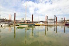 Jachthafen entlang Willamette Fluss in Portland lizenzfreies stockbild
