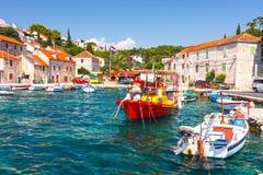 Jachthafen im kleinen Dorf Maslinica in Solta-Insel lizenzfreies stockfoto