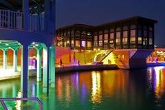 Jachthafen in Limassol bis zum Nacht Stockbilder