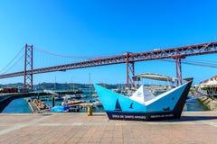 Jachthafen in Lissabon am 25. von April Bridge Lizenzfreie Stockfotografie