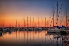 Jachthafen mit angekoppelten Yachten bei Sonnenuntergang Stockbild