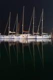 Jachthafen mit angekoppelten Yachten nachts Lizenzfreie Stockfotos