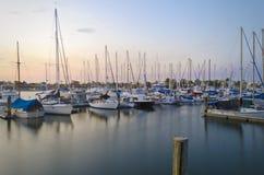 Jachthafen mit Booten Stockbild