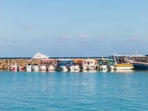 Jachthafen mit klarem blauem Meer und Himmel Lizenzfreies Stockbild