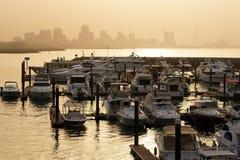 Jachthafen mit Kuwait City silhoutte Stockfotos