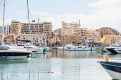 Jachthafen mit luxuriösen Yachten und Segelbooten in touristischem Vilamour Lizenzfreie Stockbilder