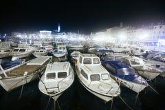 Jachthafen in Rovinj nachts Stockbilder