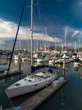 Jachthafen am Sonnenuntergang Lizenzfreies Stockfoto