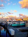 Jachthafen am Sonnenuntergang Stockfotos