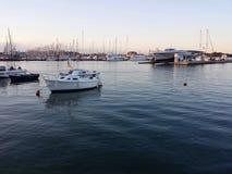 Jachthafen am Sonnenuntergang Stockbild