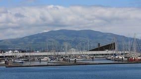 Jachthafen und Berg im Hintergrund lizenzfreie stockfotografie