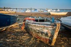 Jachthafen und Fischerboote mit neuem und altem für Sport und die Fischerei Lizenzfreie Stockbilder